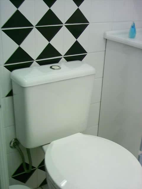Papel contact na parede do banheiro preto e branco
