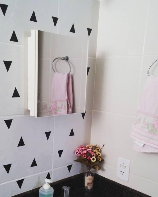 Papel contact na parede do banheiro simples