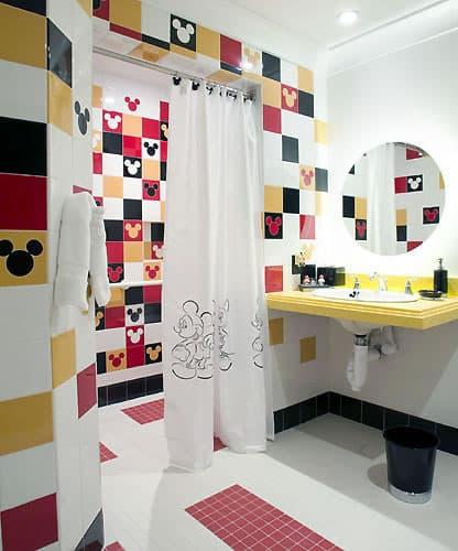 Papel contact na parede do banheiro