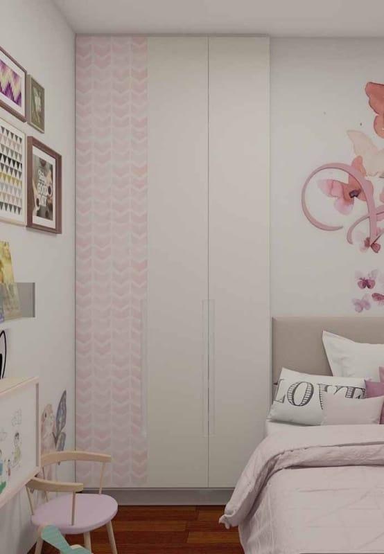 Papel contact no guarda roupa do quarto