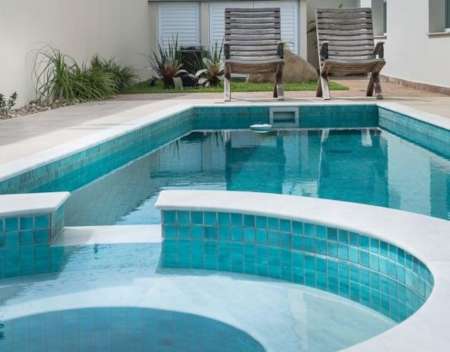 Pastilhas azuis claras para piscina