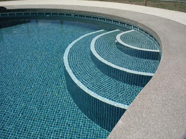 Pastilhas no fundo e nas escadas da piscina