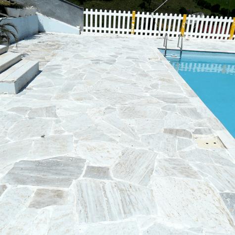 Pedras mineiras em piscina