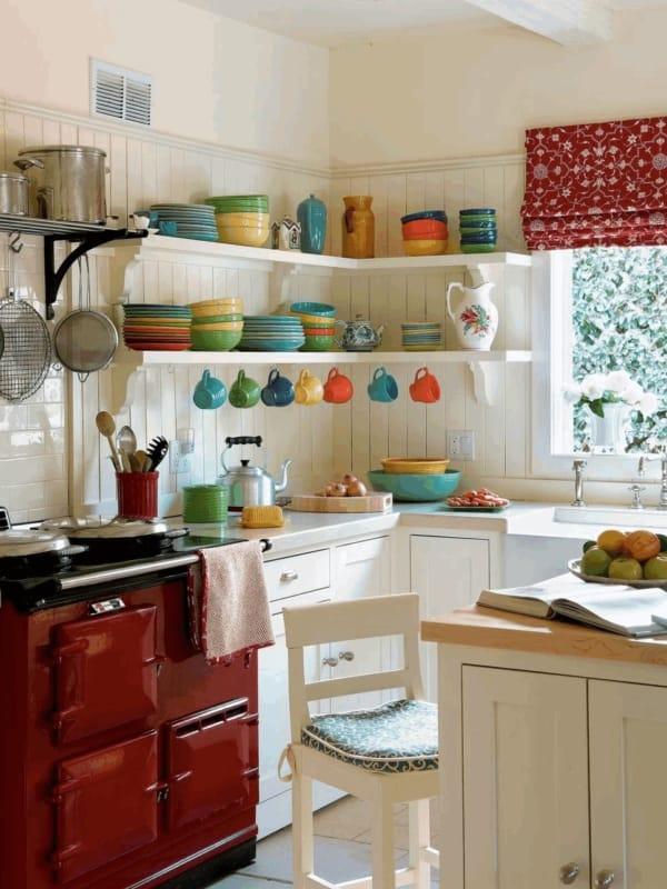 Penduradores e prateleiras para organizar cozinhas