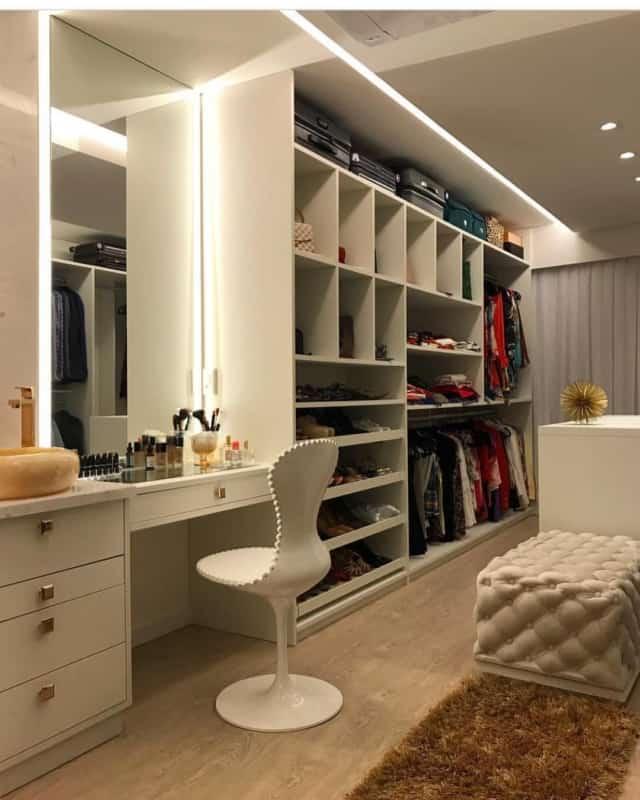 Penteadeira com gavetas no closet planejado branco