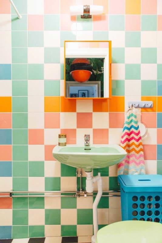 Pintura colorida de azulejo no banheiro