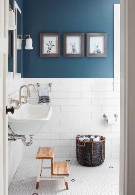 Pintura de azulejo branco no banheiro