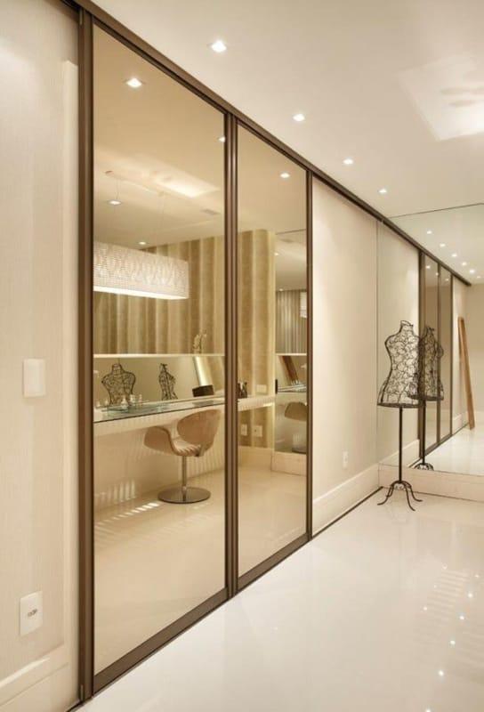 Porta de correr espelhada em closet planejado grande