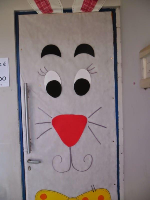 Porta de escola decorada com coelho da páscoa