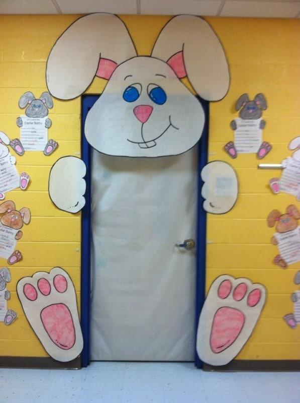 Porta personalizada com coelho para decoração de Páscoa para escola3