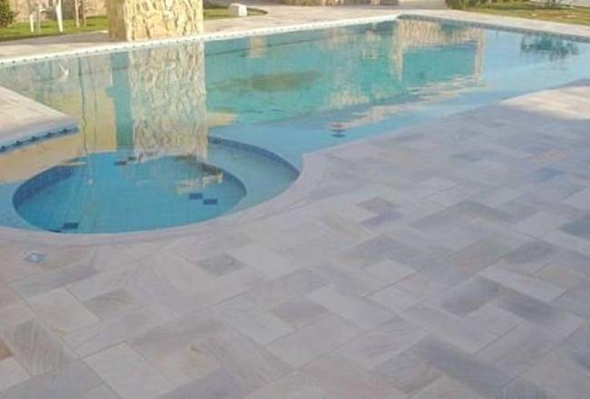 Projeto de piscina com pedra mineira