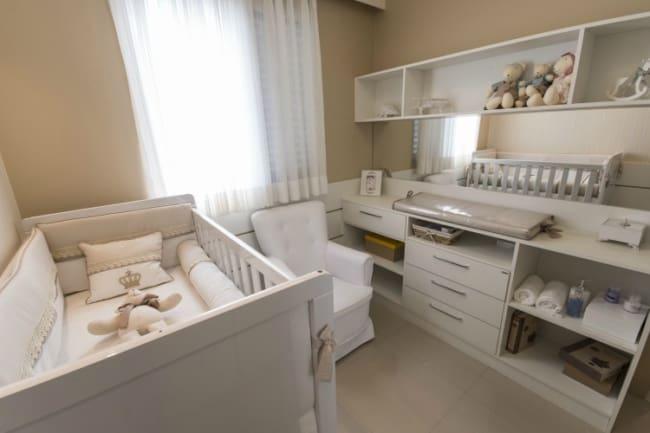 Quarto de bebê com móveis planejados brancos