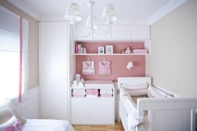 Quarto de bebê planejado feminino com parede rosa