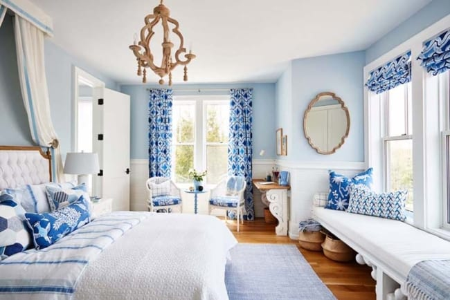 Quarto de casal decorado em branco e azul