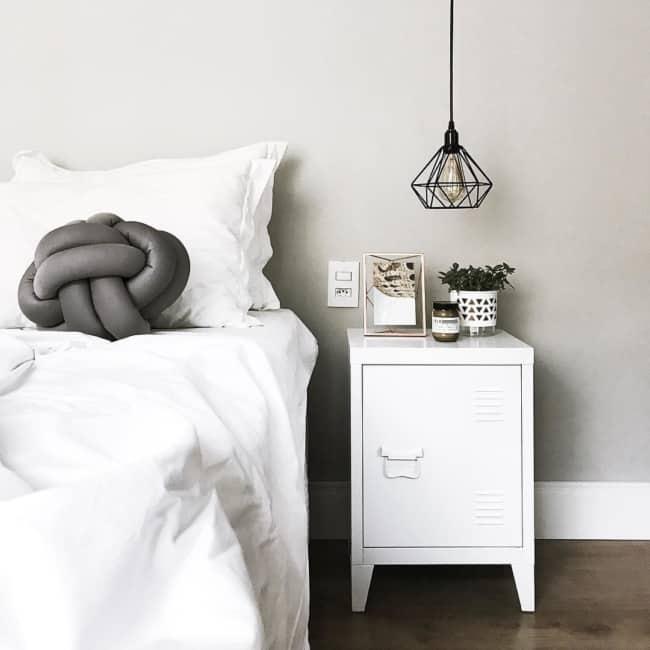 Quarto minimalista com criado mudo branco tipo armário colegial
