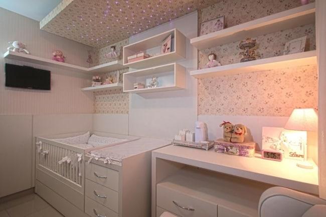 Quarto planejado de bebê menina com papel de parede