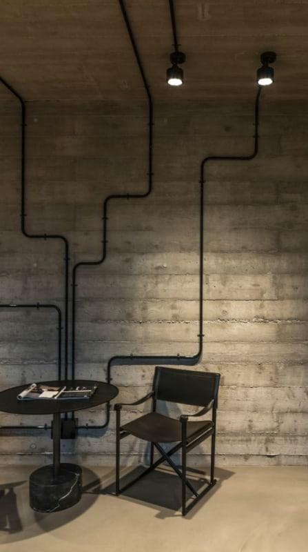 Sala com tubos aparentes
