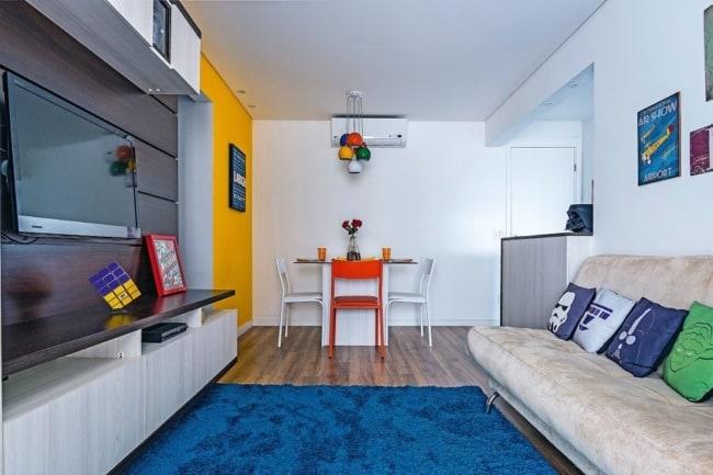 Sala de apartamento com elementos geek