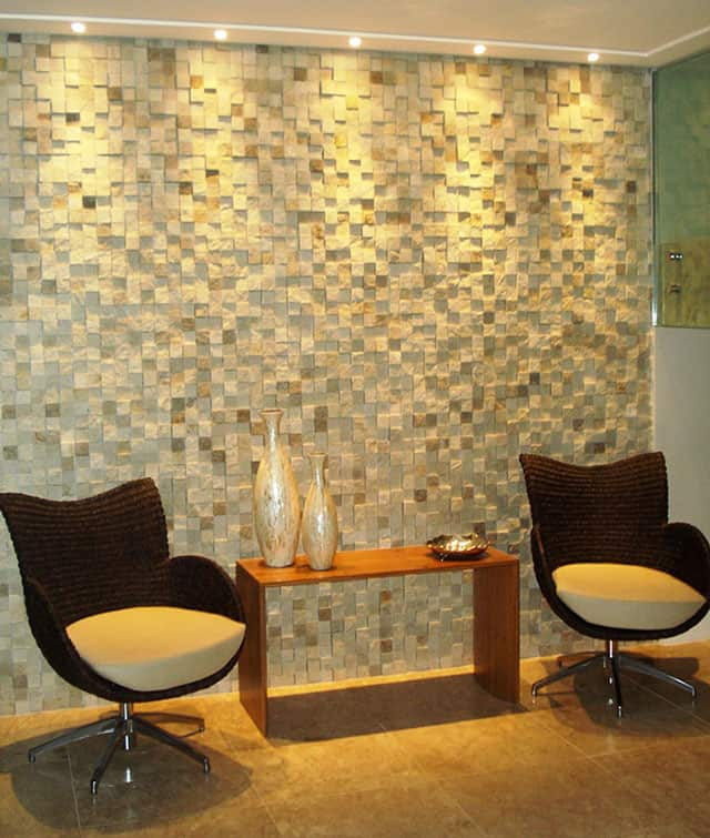 Sala de estar com pedra mineira quadriculada na parede