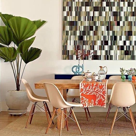 Sala de jantar com palmeira leque