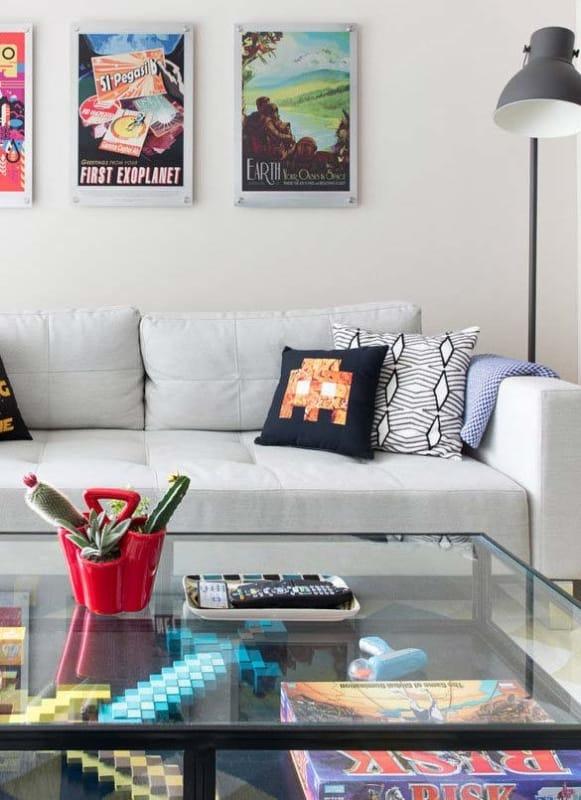 Sala simples com decoração geek