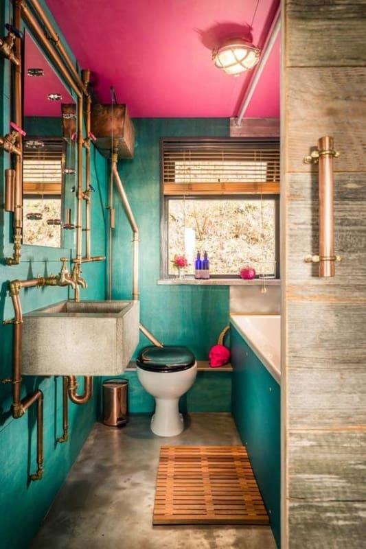 Tubulação aparente em banheiro pequeno