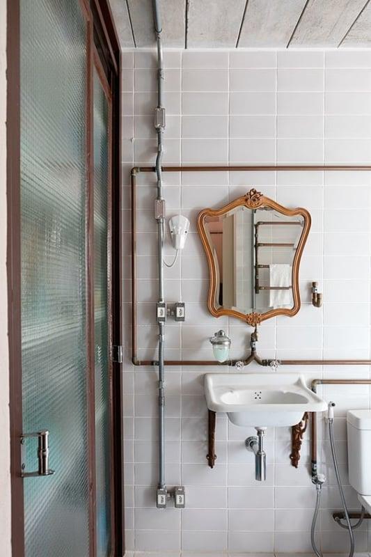 Tubulação aparente em banheiro