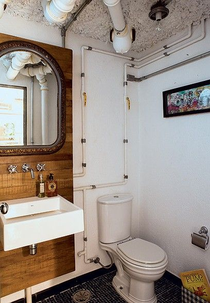 Tubulação aparente em banheiros