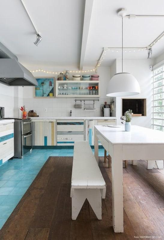 Tubulação aparente na cozinha moderna