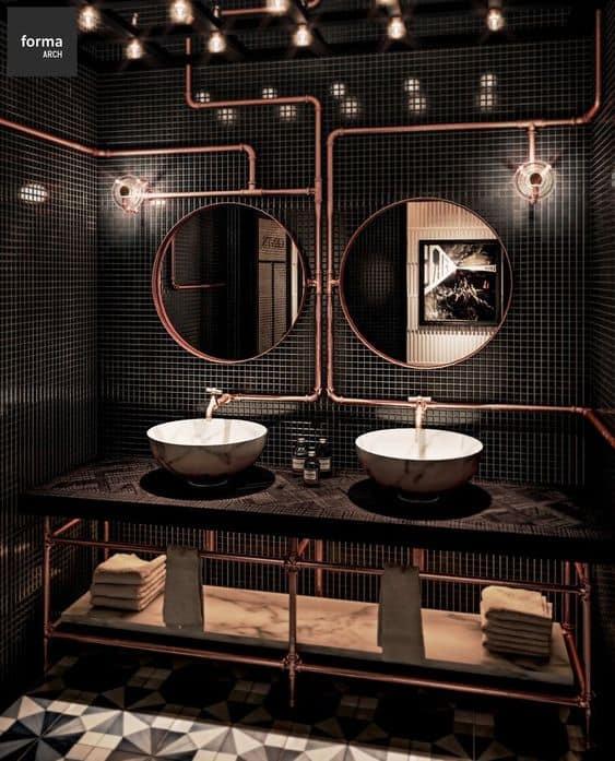 Tubulação aparente no banheiro preto
