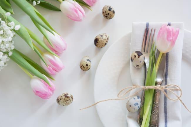 Tulipas e ovos de codorna para decorar mesa de Páscoa