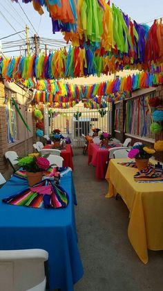 Varal de pompons de papel crepom para decoração de Carnaval 49
