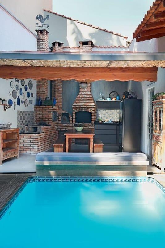 Varanda com churrasqueira forno de pizza e piscina