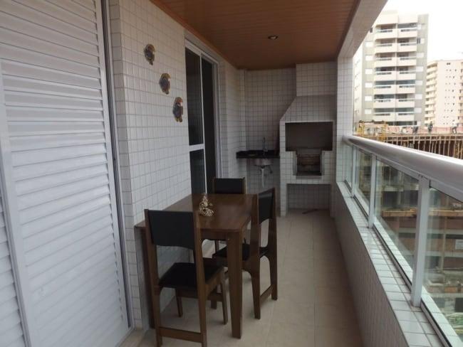 Varanda de apartamento com churrasqueira simples