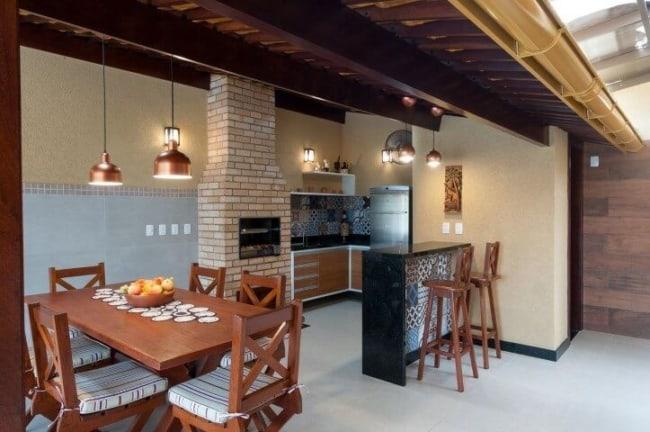 Varanda gourmet com churrasqueira e balcão