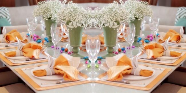 Vasinhos de flores na decoração de páscoa