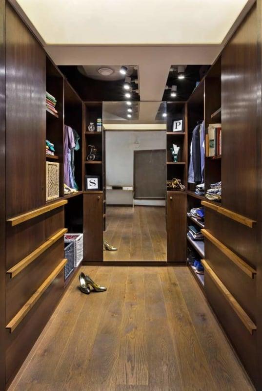 Veja modelo de closet para casal dividido