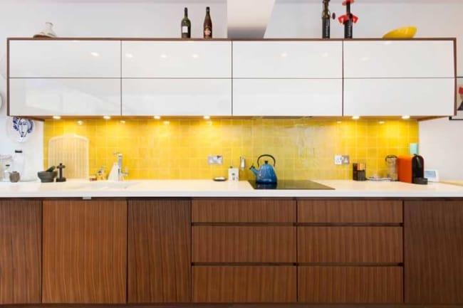 azulejo amarelo pintado na cozinha