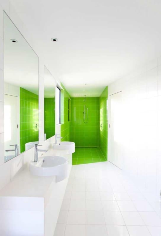 azulejo do banheiro pintado de verde