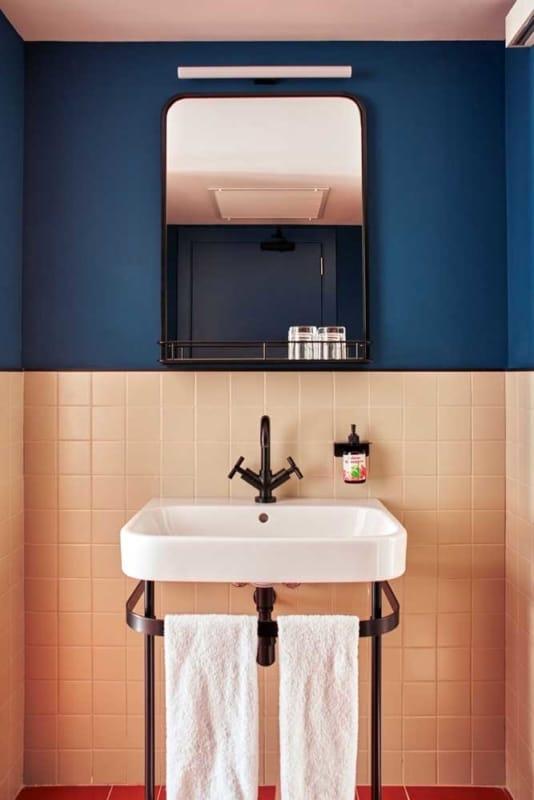 azulejo pintado no banheiro