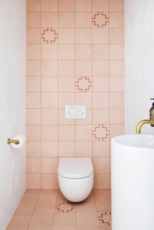 banheiro com azulejos pintados