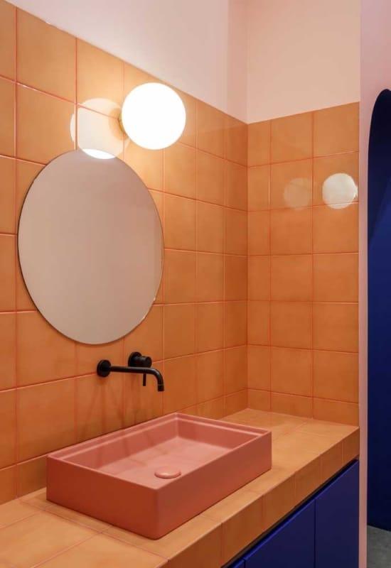 banheiro pintado de laranja