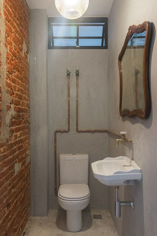 banheiro rustico com Tubulação aparente