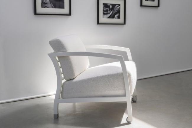 cadeiras diferentes com almofada branca