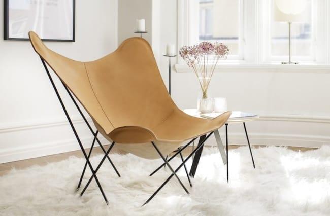 cadeiras diferentes com couro bege
