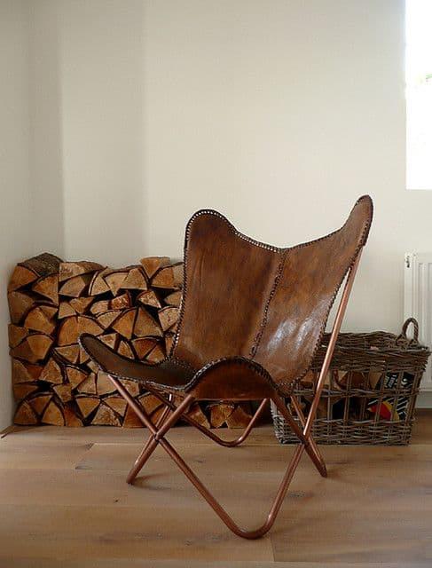 cadeiras diferentes com couro natural