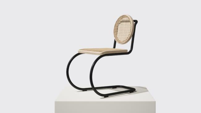 cadeiras diferentes com pés de ferro