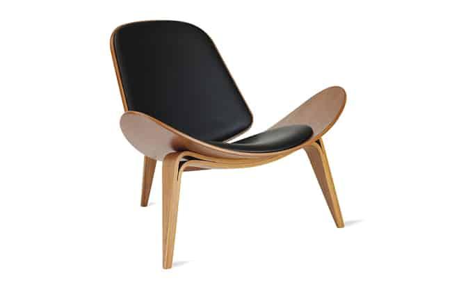 cadeiras diferentes de madeira alcochoada