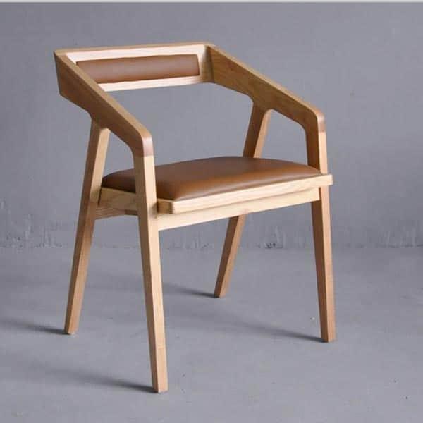 cadeiras diferentes de madeira clean