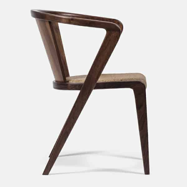 cadeiras diferentes de madeira lixada